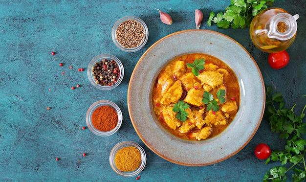 Curry con pollo e cipolle. cibo indiano. cucina asiatica. vista dall'alto Foto Premium