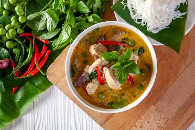 Curry verde con il pollo su fondo di legno, cucina tailandese Foto Premium