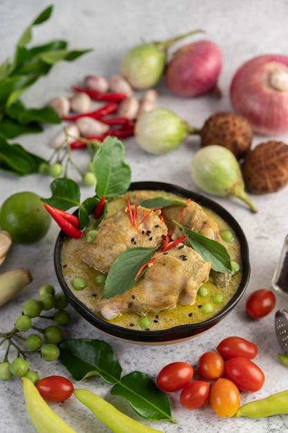 Curry verde del pollo in una ciotola. Foto Gratuite