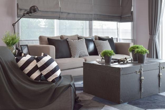 Cuscini in pelle a righe e nere sul divano in salotto moderno stile industriale Foto Premium