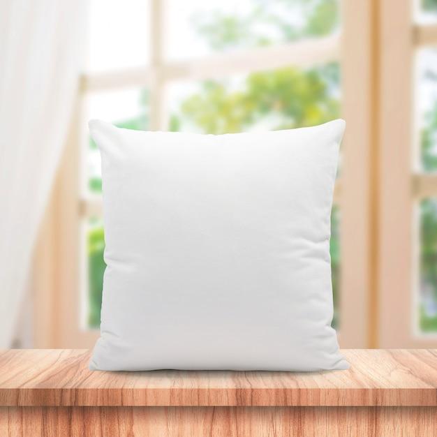 Cuscini vuoti realizzati in morbida piuma sulla finestra del mattino e tende Foto Premium