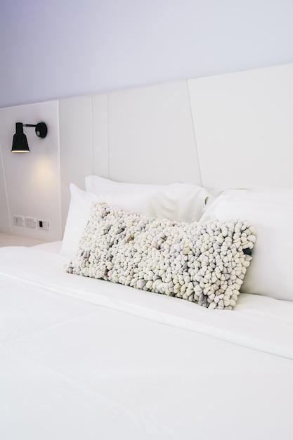 Cuscino bianco sulla decorazione del letto nel bellissimo interno camera da letto di lusso Foto Gratuite