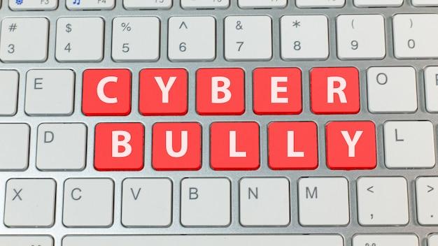 Cyber bullismo pulsante rosso sulla tastiera d'argento. Foto Premium