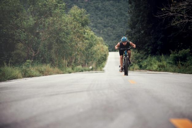 Cyclist man racing bike outdoor Foto Gratuite