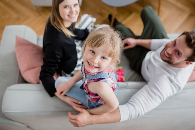 Da sopra la famiglia sul divano Foto Gratuite