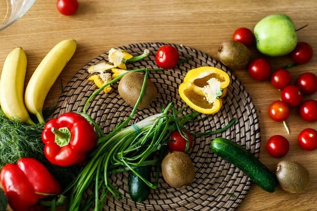 Da sopra vista sulla scrivania della cucina con frutta e verdura Foto Gratuite