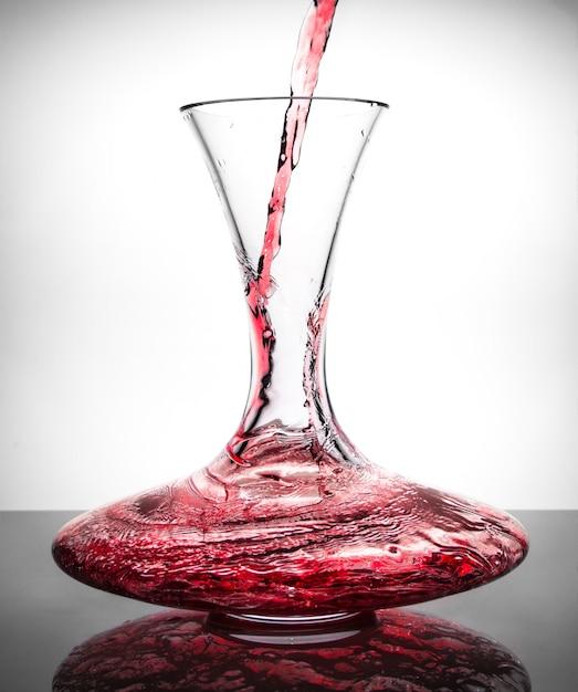 Dacanter con vino rosso Foto Premium