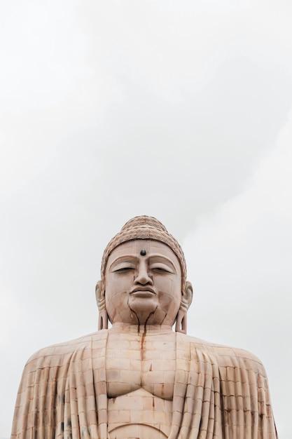 Daibutsu, la grande statua del buddha in posa di meditazione o dhyana mudra seduto su un loto all'aria aperta vicino al tempio di mahabodhi a bodh gaya, bihar, india Foto Premium