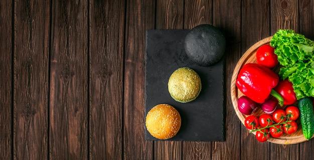 Dall'alto colpo di panini e verdure Foto Premium
