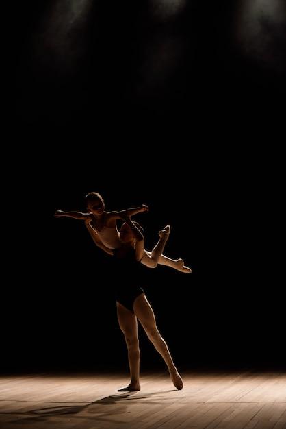 Danza acrobatica balla con elementi di acrobazia. ragazze che fanno supporto per la danza. Foto Premium