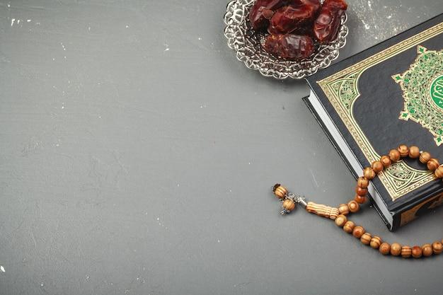 Date con il rosario e il libro sacro del corano Foto Premium