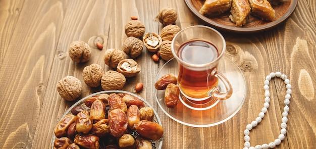 Date, rosari e baklava ramadan. messa a fuoco selettiva Foto Premium