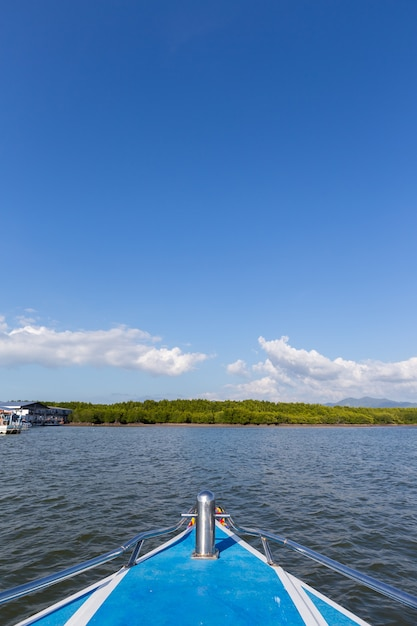 Davanti alla barca in mare Foto Premium