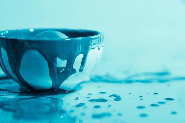 Decorazione con vernice blu in una ciotola Foto Gratuite