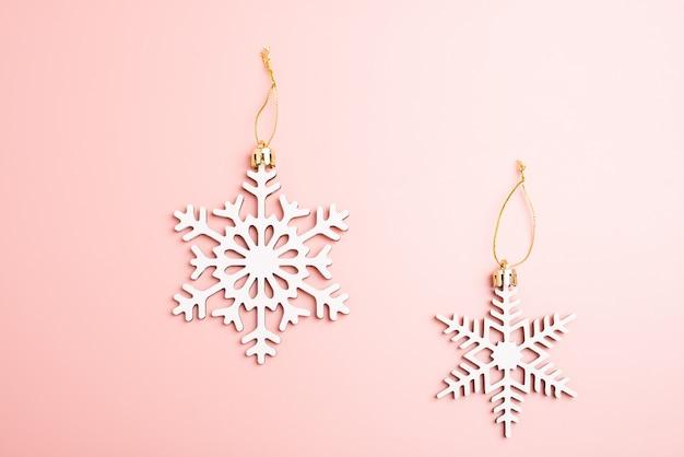 Fiocchi Di Neve Di Carta Modelli : Decorazione dei fiocchi di neve di natale bianco su fondo rosa
