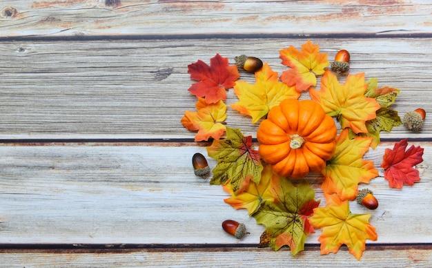 Decorazione della foglia di autunno di ringraziamento festiva su di legno Foto Premium