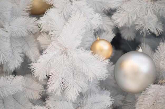 Decorazione di natale bianco con le sfere rosse e sfere d'argento sull'albero di natale Foto Premium