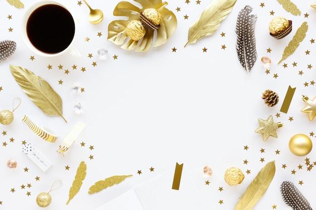 Decorazione dorata di natale su bianco Foto Premium