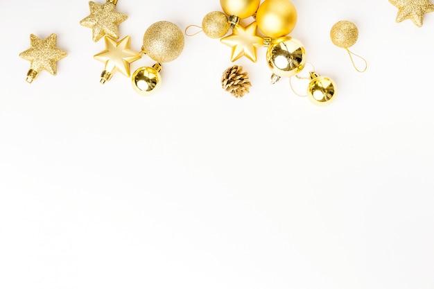 Decorazione dorata di natale su bianco Foto Gratuite