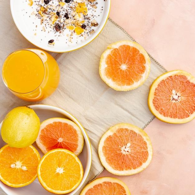 Decorazione piatta con succo d'arancia sano Foto Gratuite