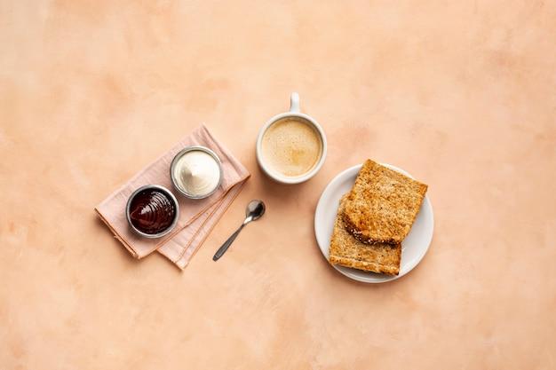 Decorazione piatta con toast e cappuccino Foto Gratuite