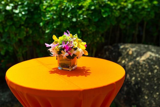 Decorazione variopinta dell'orchidea sulla cena di nozze dell'india Foto Premium