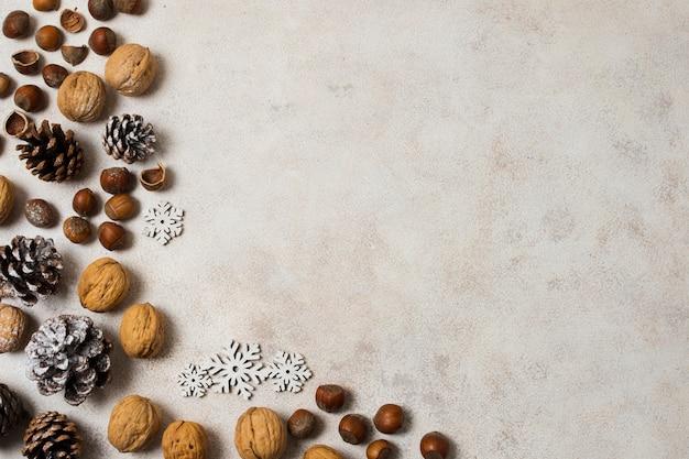 Decorazioni di capodanno con noci e castagne Foto Gratuite