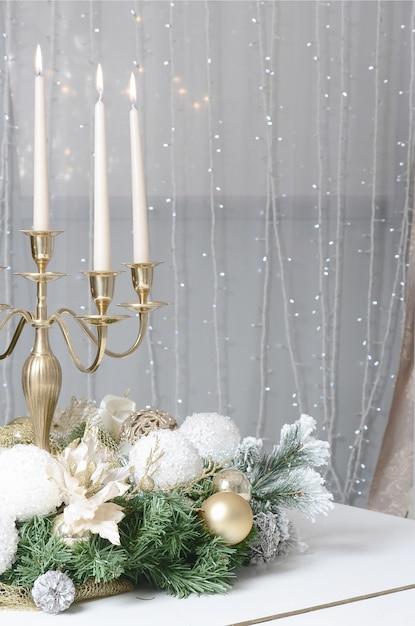 Decorazioni di capodanno e un candelabro d'oro Foto Premium