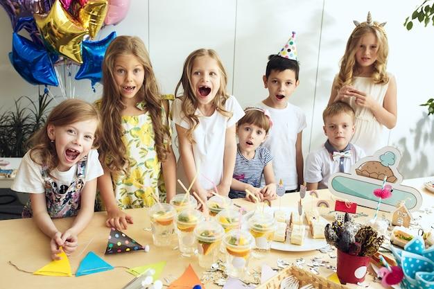 Decorazioni di compleanno ragazza. impostazione della tabella con torte, bevande e gadget per feste. Foto Gratuite