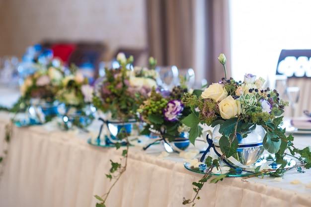 Decorazioni di fiori sulla tavola di nozze sposi Foto Premium