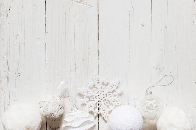 Decorazioni di natale bianco con spazio vuoto Foto Gratuite