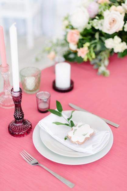 Decorazioni di nozze. tavolo per gli sposi all'aperto. ricevimento di nozze. elegante disposizione dei tavoli, decorazioni floreali, ristorante. Foto Premium
