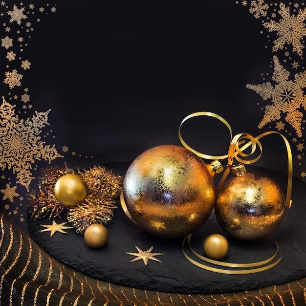 Decorazioni dorate di natale in inverno Foto Premium