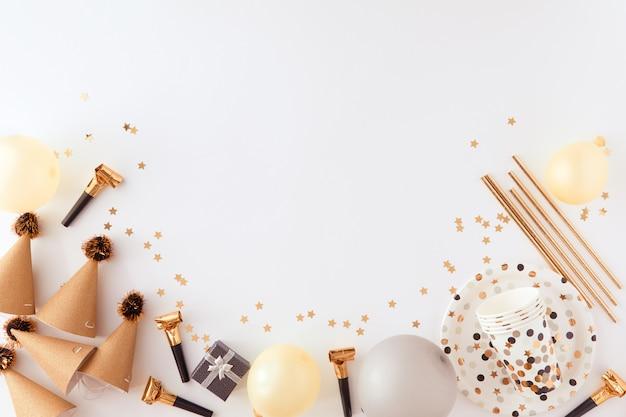 Decorazioni dorate e nere per la festa su backgroud bianco. Foto Premium