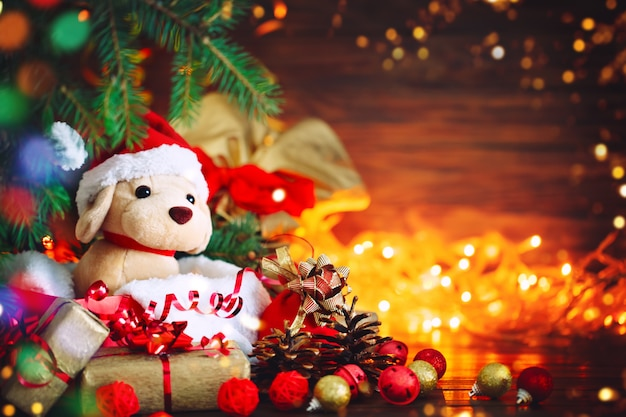 Decorazioni natalizie, cane di peluche con regali sotto l'albero di natale. con capodanno e natale. Foto Premium