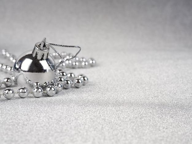 Decorazioni natalizie con palline d'argento, stelle e ghirlande sdraiate Foto Premium