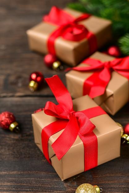 Decorazioni natalizie con scatole regalo festive Foto Premium