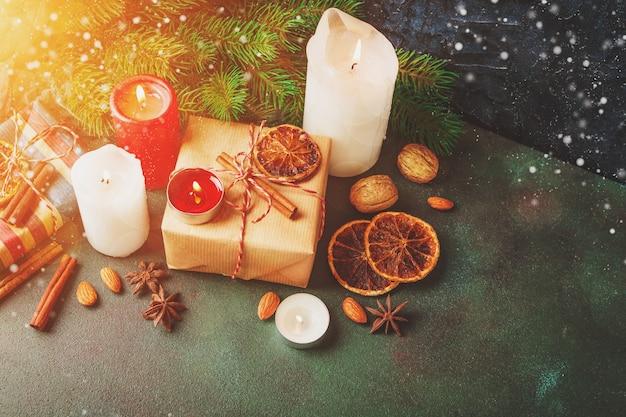 Decorazioni natalizie e cibo Foto Premium