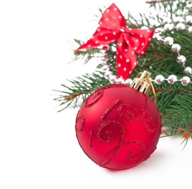 Decorazioni natalizie e rami di abete sul vecchio tavolo di legno Foto Gratuite