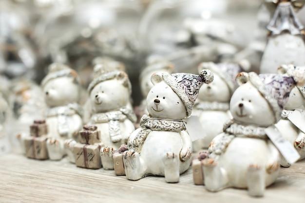 Decorazioni natalizie natalizie. scaffale con figure di orsi bianchi giocattolo. piccole cose che creano un'atmosfera natalizia. Foto Premium
