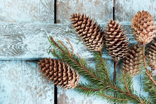 Decorazioni natalizie su fondo in legno Foto Premium