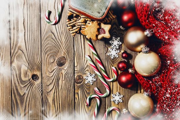 Decorazioni In Legno Natalizie : Decorazioni natalizie su tavola di legno scaricare foto premium