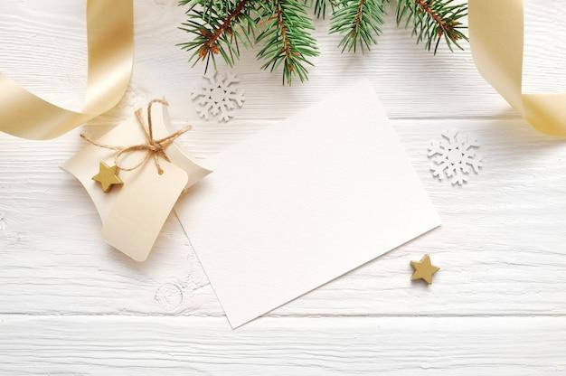 Decorazioni natalizie vista dall'alto e nastro dorato, flatlay Foto Premium