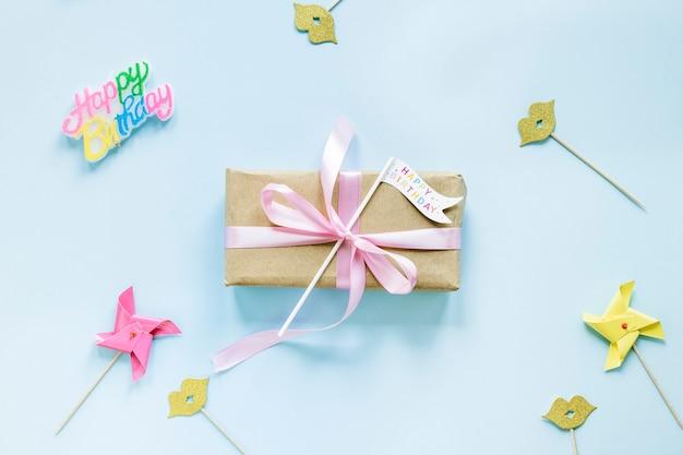 Decorazioni per feste intorno alla confezione regalo Foto Gratuite