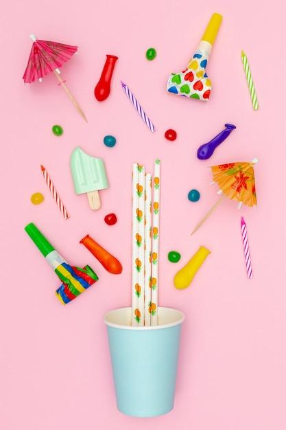 Decorazioni per feste piatte su sfondo rosa Foto Gratuite