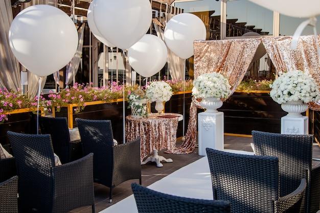 Decorazioni per matrimoni, bouquet di fiori bianchi e gabbia vintage Foto Premium