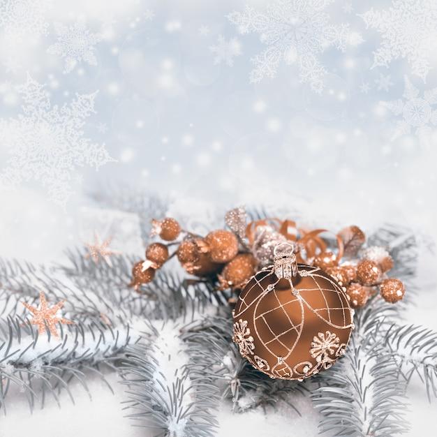 Decorazioni rosse di natale sull'inverno neutrale, copyspace del testo Foto Premium
