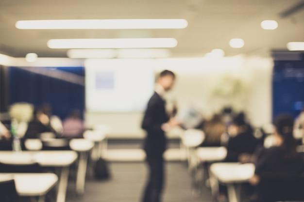 Defocus del relatore che parla in conferenza aziendale. Foto Premium