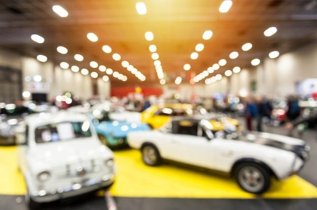 Defocus immagine di auto d'epoca in uno showroom Foto Premium