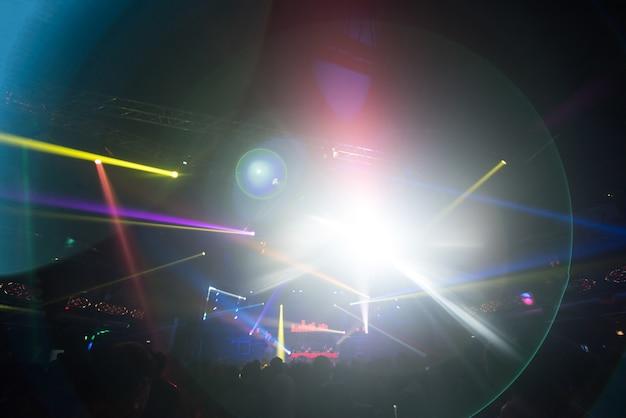 Defocused intrattenimento concerto illuminazione sul palco